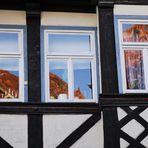 Dächer im Spiegelbild alten Glases