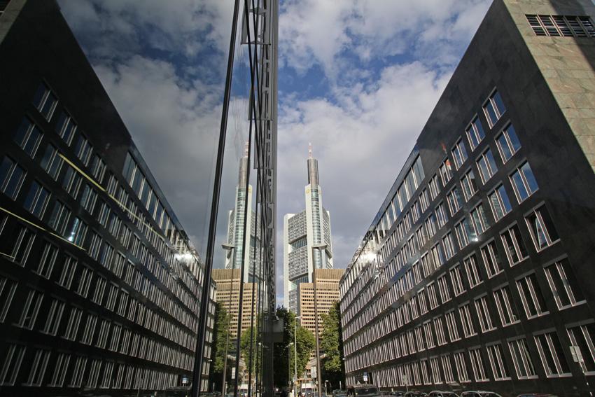 Dämmerung in Frankfurts Schluchten
