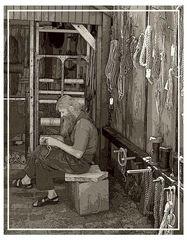 Dänischer Fischer beim flechten von Tauen