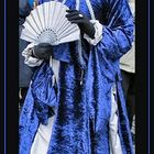 Dame in blau-silber