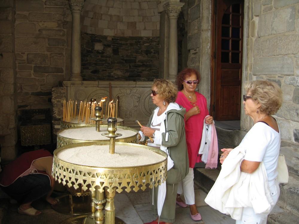 Damen in der Kirche