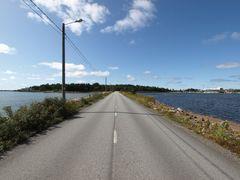 Damm mit Straße