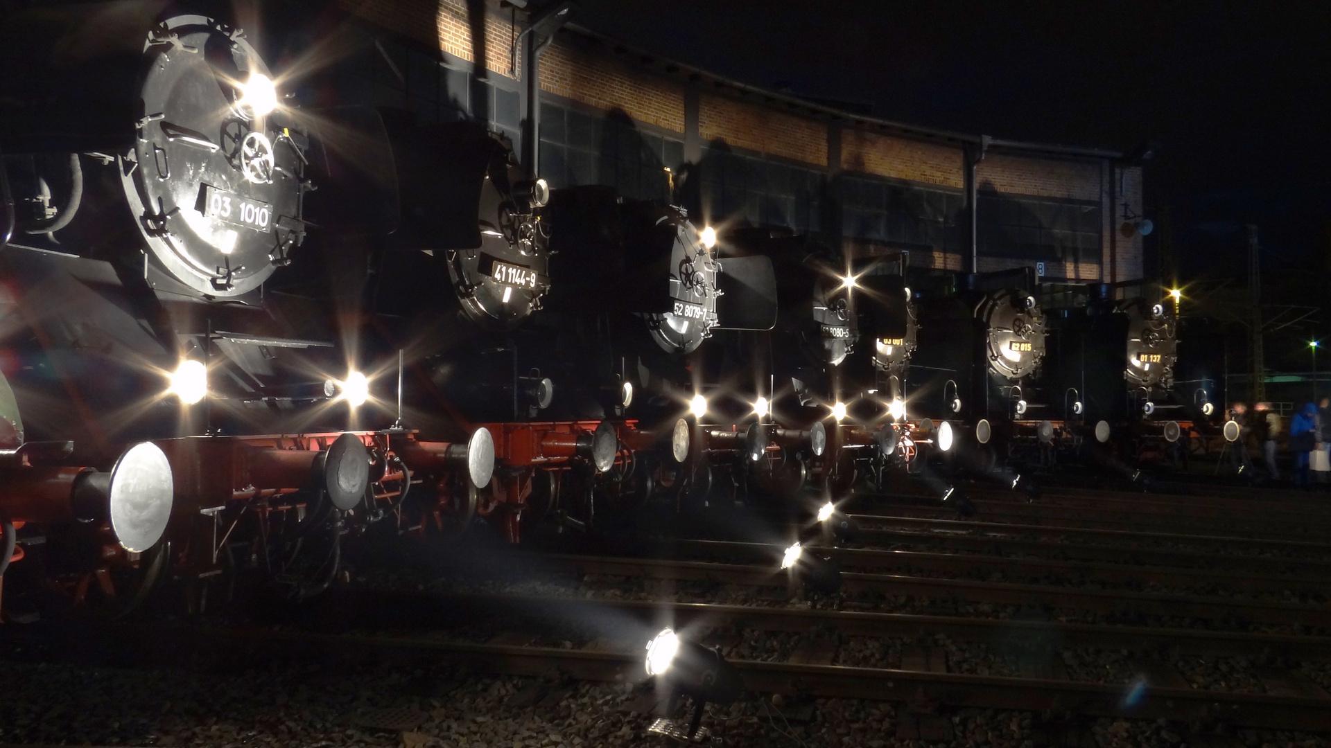 Dampfloks bei Nacht