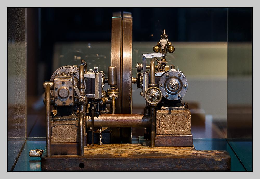 Dampfmaschinenmodell hinter Glas