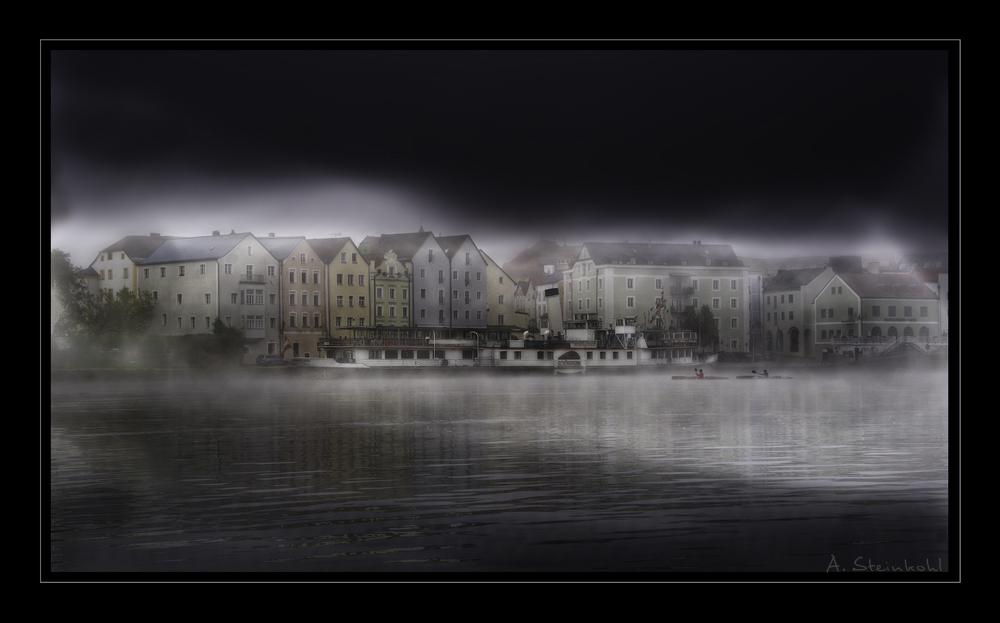 Dampfschiff im Nebel an der Passauer Ortspitze