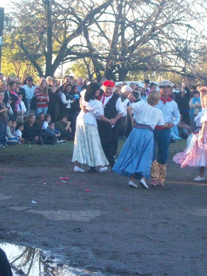 dancing chamame