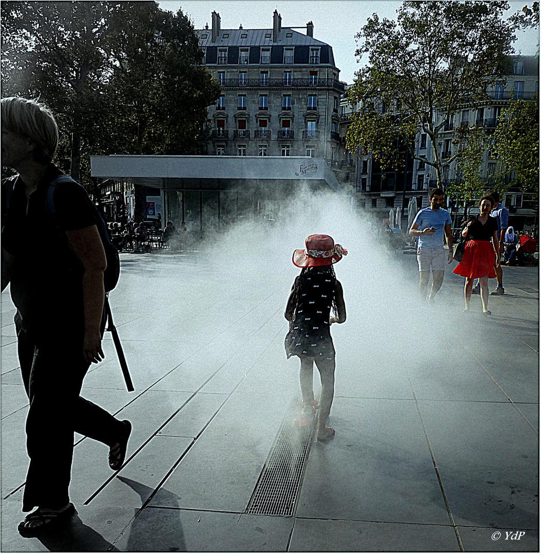 Dans la brume, avec son chapeau rouge...