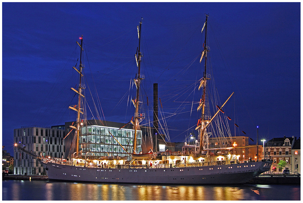 -- Dar Mlodziezy -- 11.9.2011 in Bremerhaven (Neuer-Hafen)