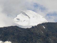 Das Allalinhorn lugt duch den aufgehenden Wolkenvorhang