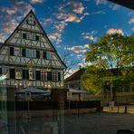 Das alte Forstamt und das Schloss spiegeln sich im Cafe
