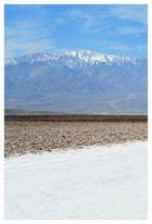 das angrenzende, schneebedeckte Gebirge hinter dem Salzsee