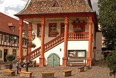 Das barocke alte Rathaus (1732) mit Freitreppe in Freinsheim