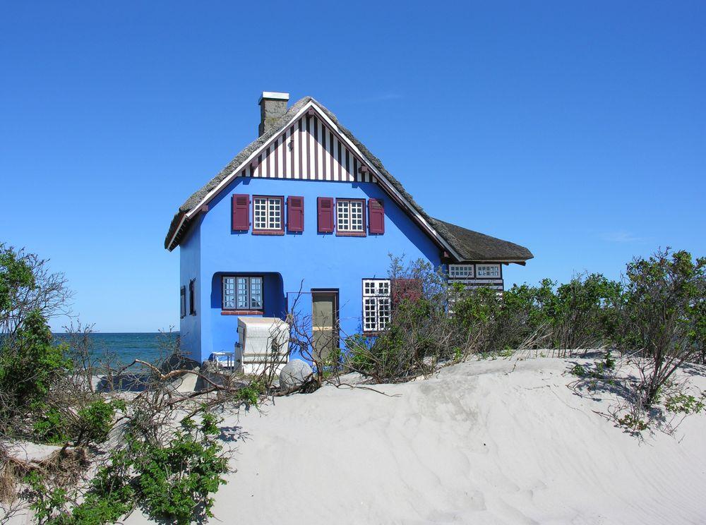 das blaue haus auf der landzung graswarder in heiligenhafen foto bild urlaub beach sand. Black Bedroom Furniture Sets. Home Design Ideas