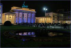 ..das Brandenburger Tor in lila und gespiegelt..