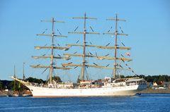 """Das Dreimast-Vollschiff """"Dar Mlodziezy"""" während der Hanse Sail in Rostock"""