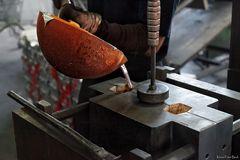 Das Einfüllen der geschmolzenen Aluminiumlegierung