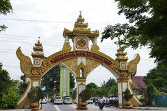 ...das Eingangstor zur Universität in Mandalay...