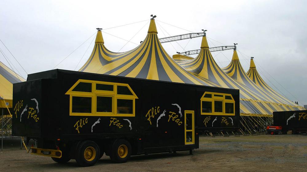Das einmalige Circus Café von Flic-Flac. Noch zusammen von Transport -aber Aufgebaut??