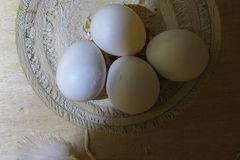 Das erste Ei hat schon kleine Bruchstellen
