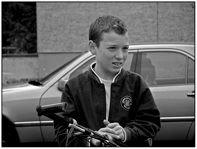 Das Fahrrad ist eigentlich ne Nummer zu groß für ihn