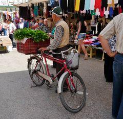 """- das Fahrrad ist sein """" Stand """""""