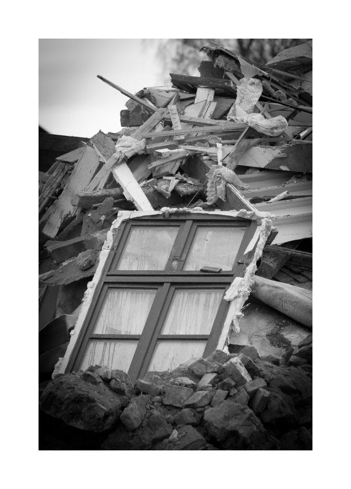 das Fenster, das am Haken hing