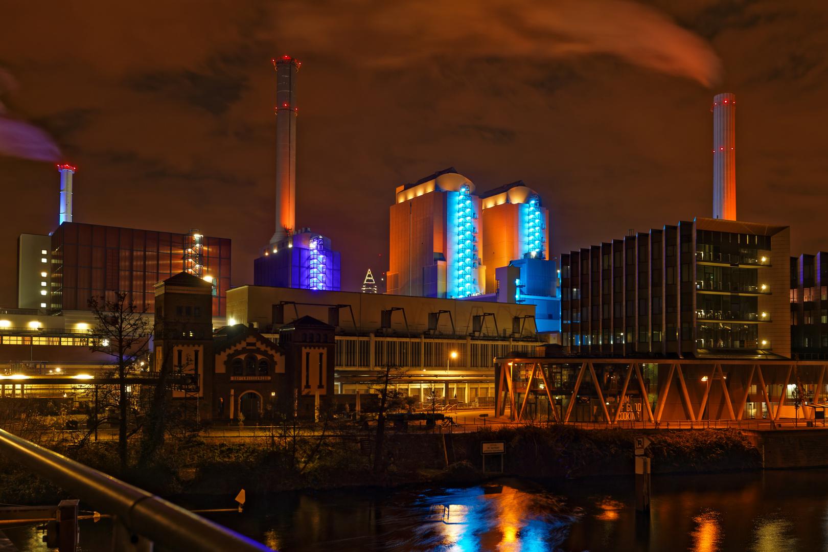 Das Fernwärme-Heizkraftwerk in Frankfurt bei Nacht
