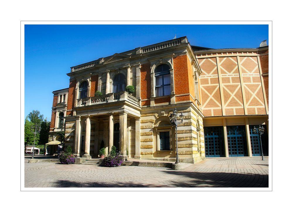 < Das Festspielhaus in Bayreuth >