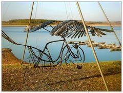 Das *Fliegende Fahrrad* am Ufer