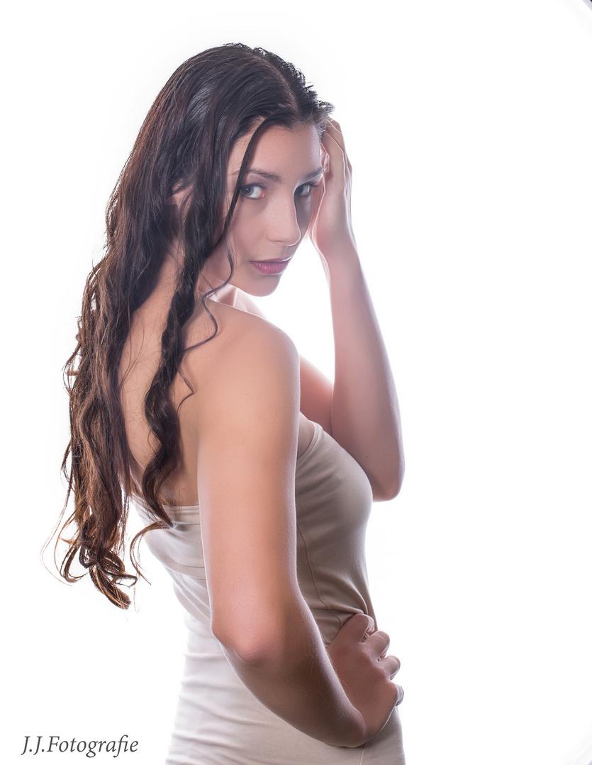 Das Flüstern einer schönen Frau hört man weiter als den lautesten Ruf der Pflicht.