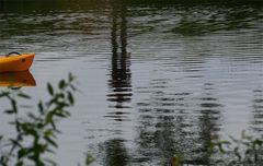 Das gelbe Boot und der Mann am Ufer