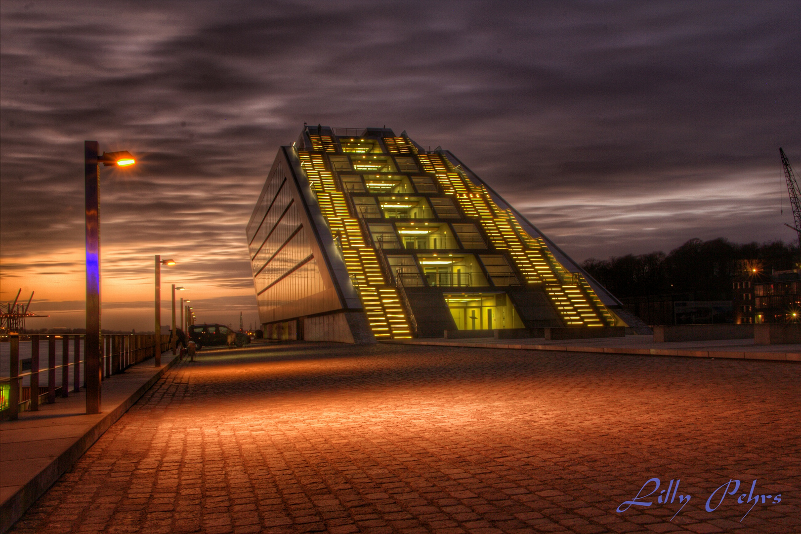 Das Hamburger Dockland bei Sonnenuntergang