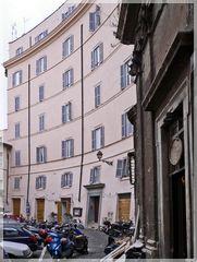 Das Haus ist so verbogen, keine Optikverfälschung! Rom und seine Wohnviertel rund um den Vatikan