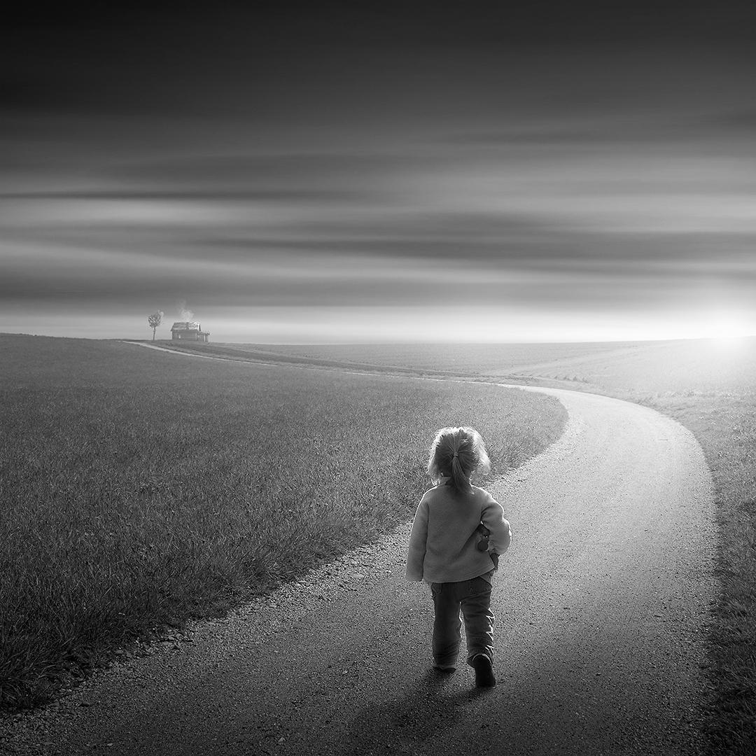 Das kleine Mädchen geht nach Hause
