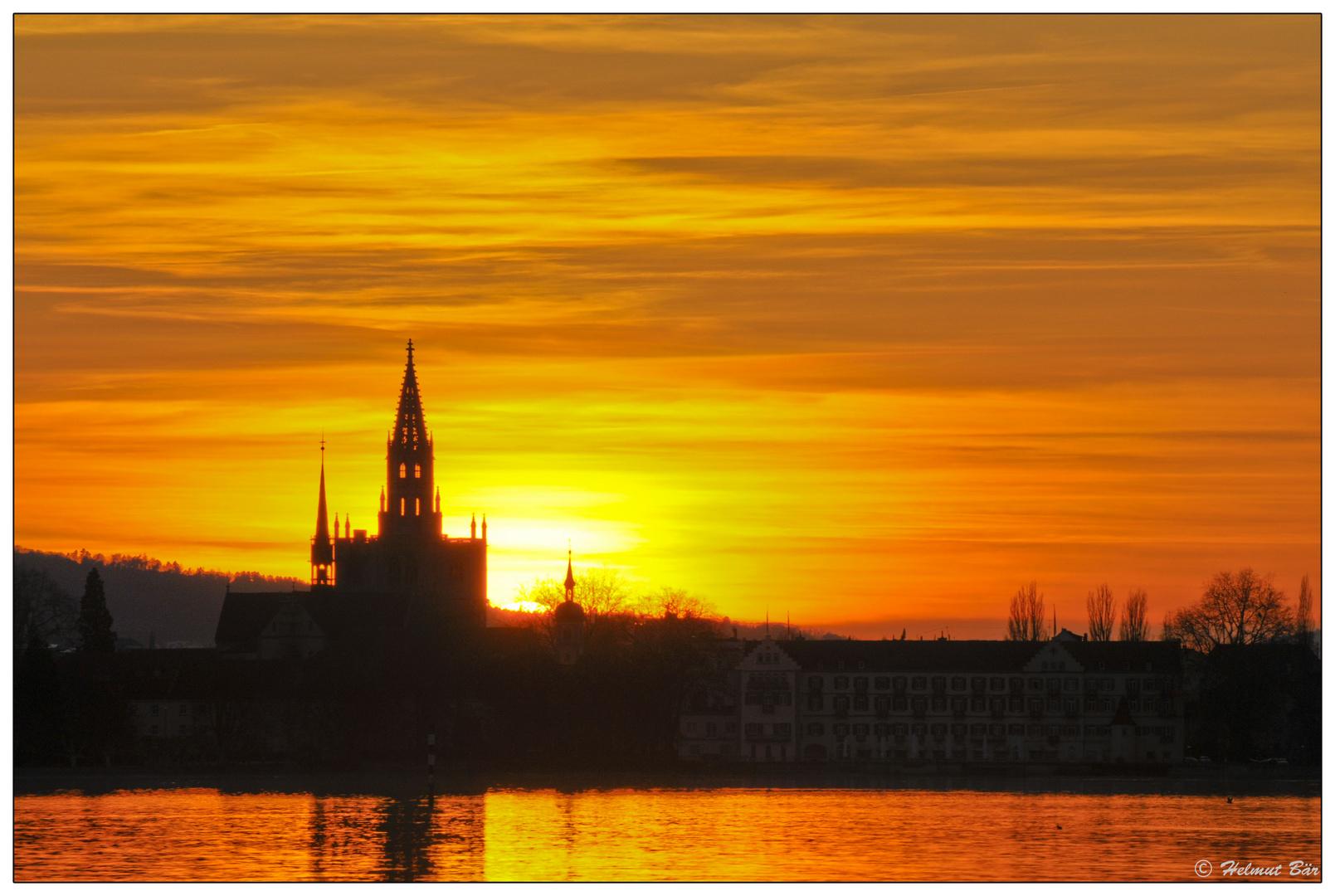 Das Konstanzer Münster in der untergehenden Sonne