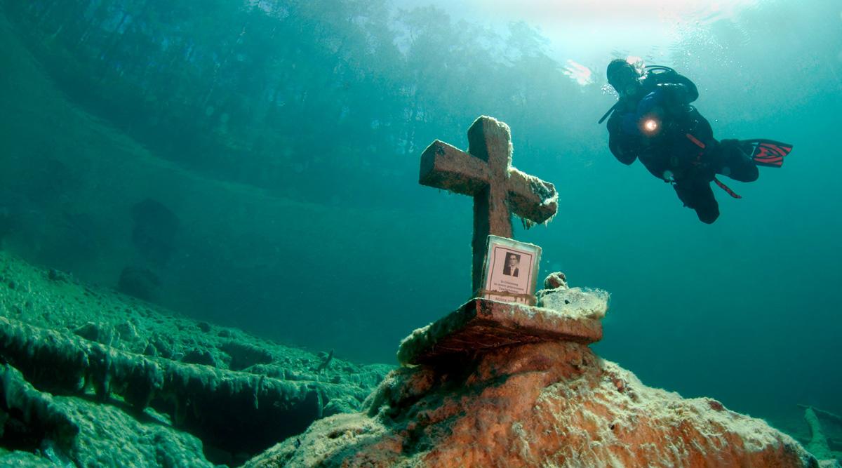 Das Kreuz im See