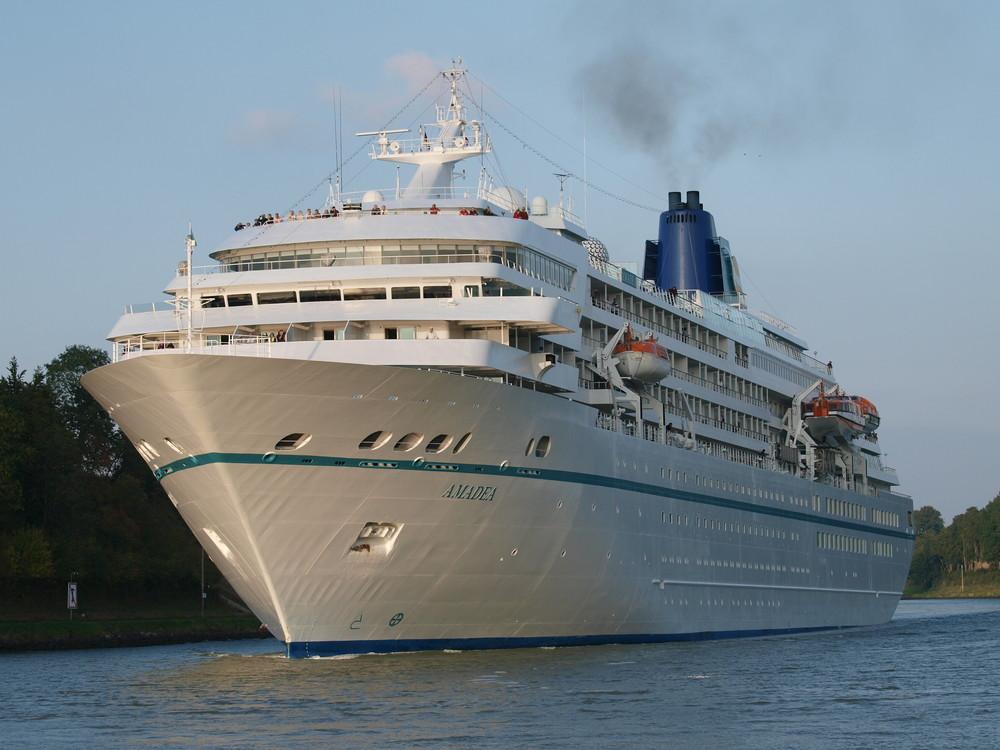 Das Kreuzfahrtschiff AMADEA auf dem Nord-Ostsee-Kanal