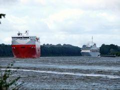 Das Kreuzfahrtschiff BALMORAL kommt um die Kurve.