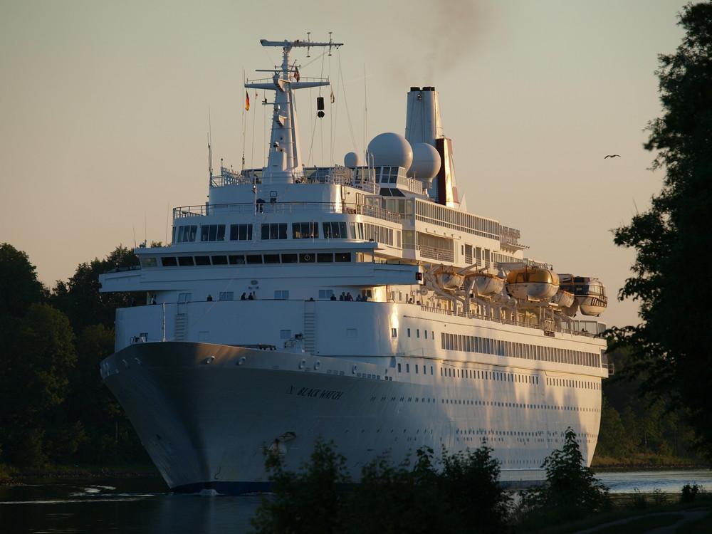 Das Kreuzfahrtschiff BLACK WATCH auf dem Nord-Ostsee-Kanal.