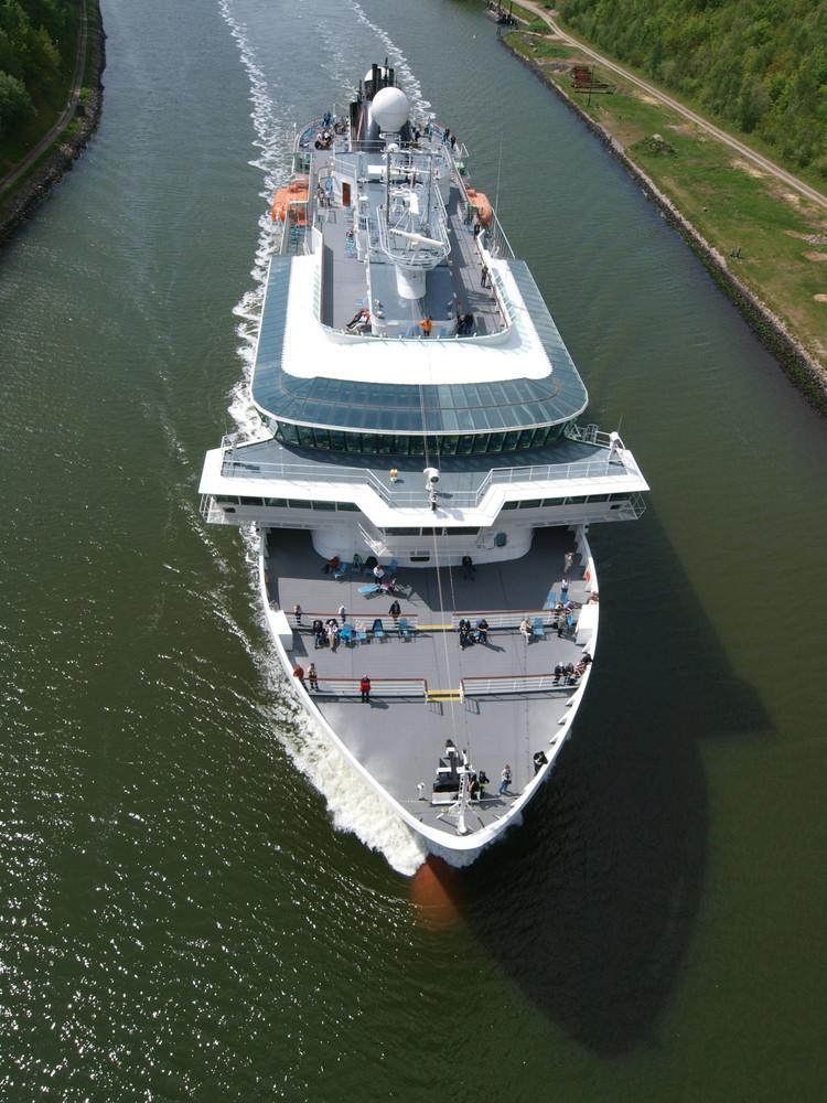 Das Kreuzfahrtschiff FRAM kurz vor der Levensauer Hochbrücke
