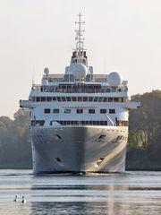 Das Kreuzfahrtschiff GEMINI  steuert auf Quarnbek Landwehr zu.