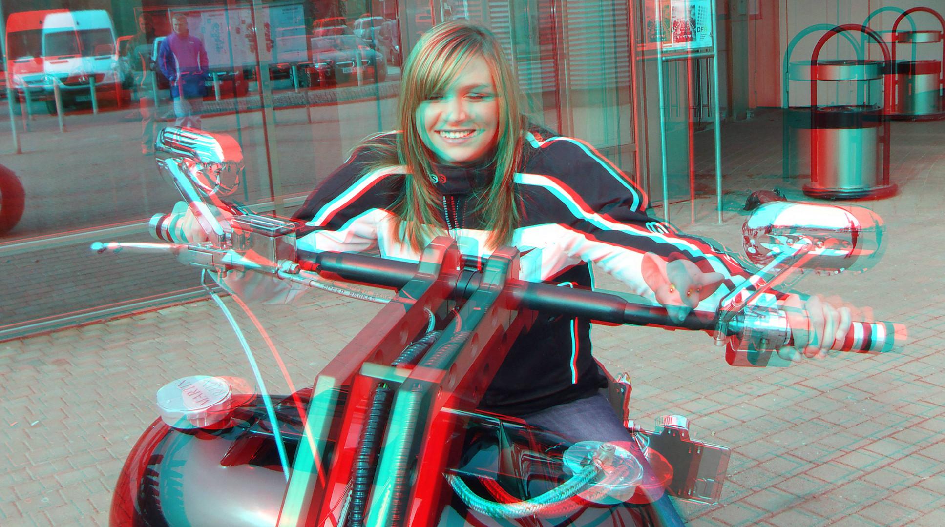 Das Mädchen auf dem Motorrad. (Motorradmesse)
