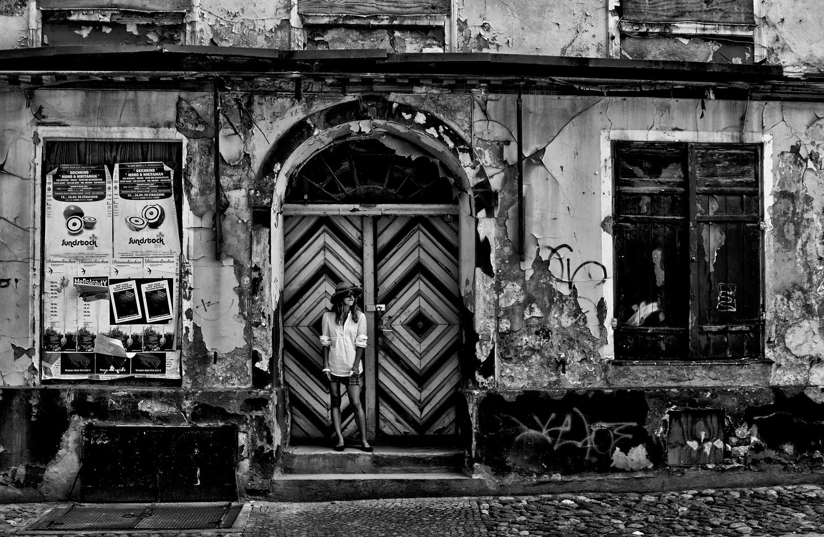 das m dchen in der t r foto bild portrait street spezial bilder auf fotocommunity On das öffnen der tür