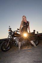 Das Mädel, die Sonne und die Harley