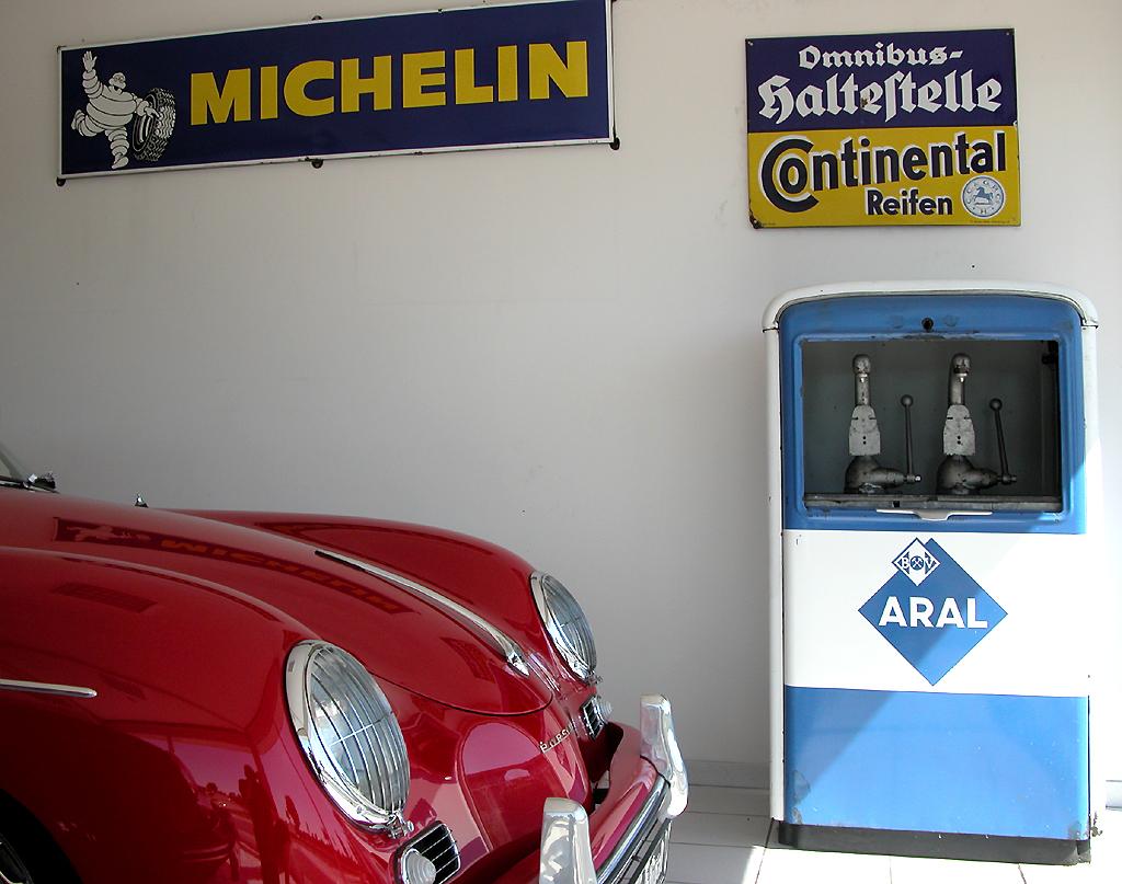 Das nette Interieur des Autohändlers Nachtigall inkl. Porsche und ...