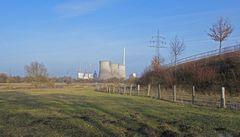 """Das NSG """"Am Tibaum"""" ist eine Insel in der Zivilisation und umgeben von Energietechnik und Bauwerken"""