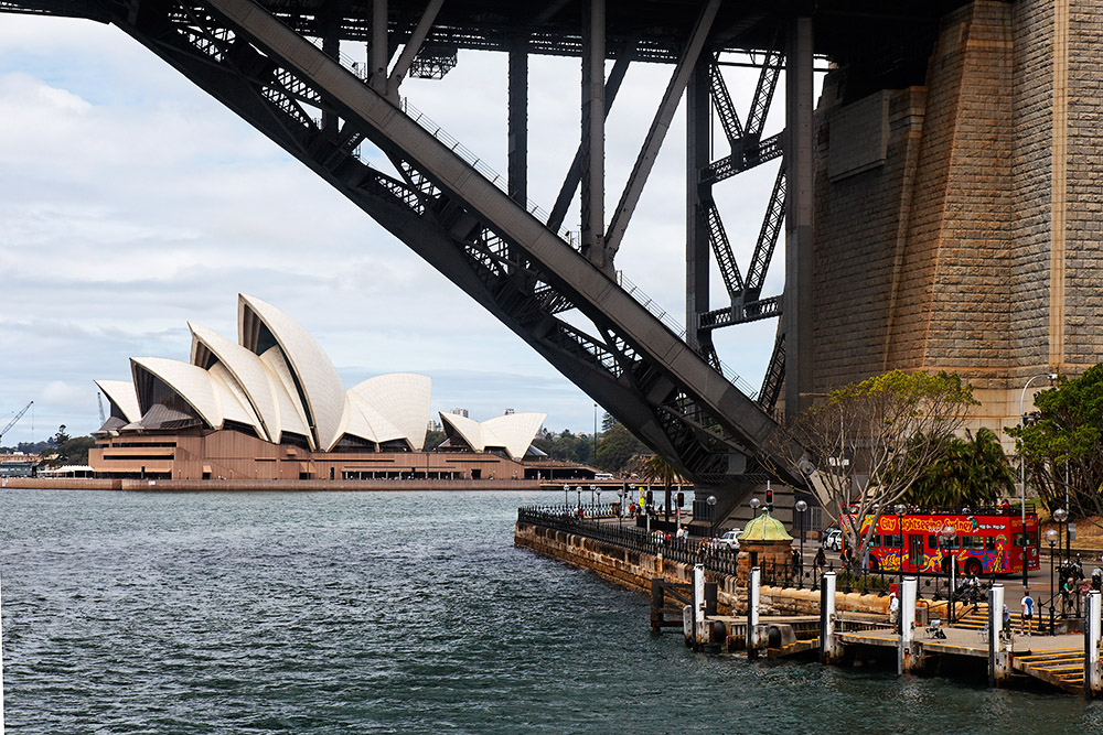 Das Opernhaus, die Harbourbridge und der rote Touristenbus