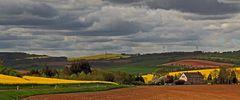 Das osterzgebirgsche Hügelland aus dem Elbtal ansteigend...