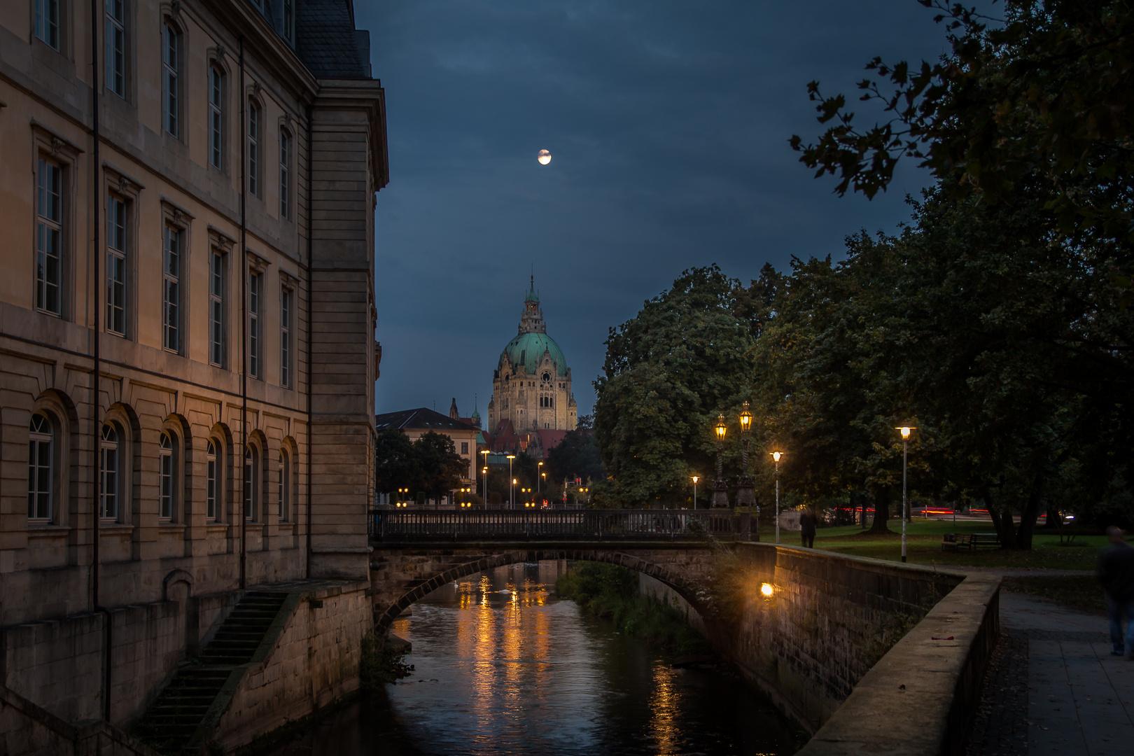 Das Rathaus mit dem Mond