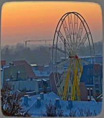Das Riesenrad wird für den Weihnachtsmarkt aufgebaut